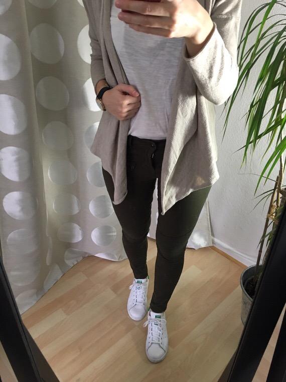 Winter Capsule Outfit - Khaki Hose und Cardigan