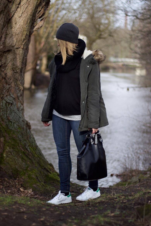 Parka Winter Outfit - schwarzer Pullover, graues Shirt, Stan Smith und Parka