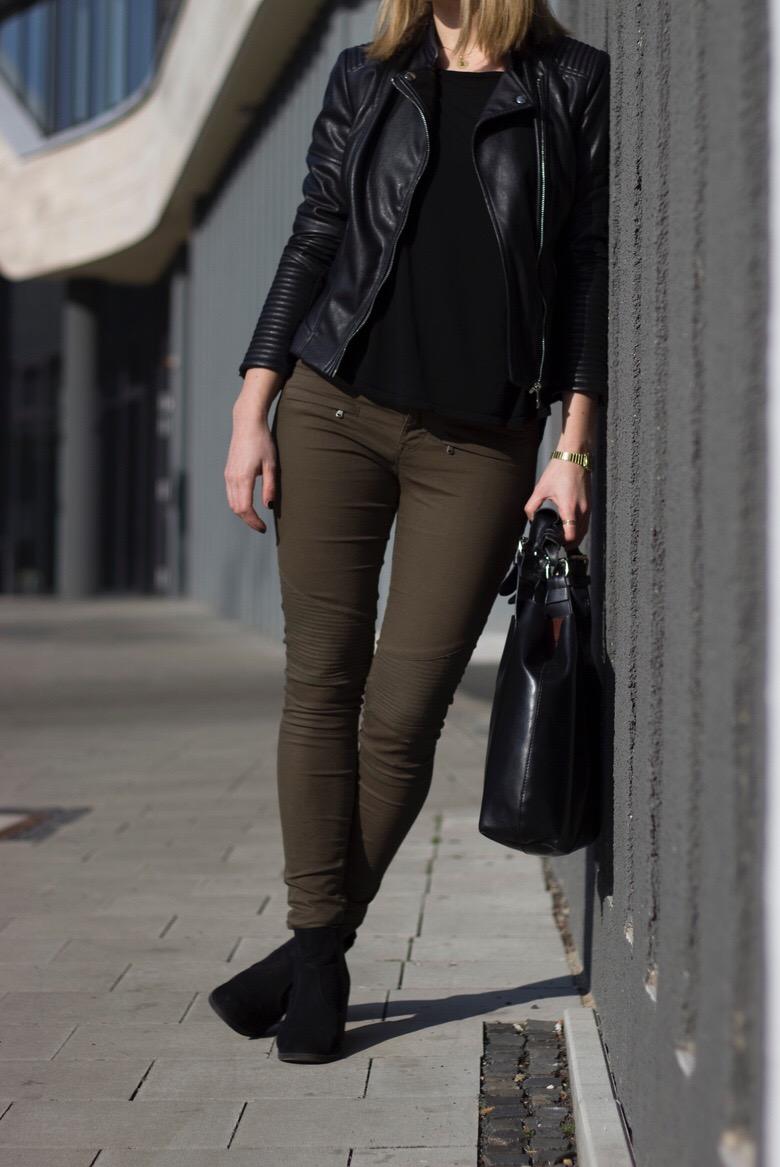 Grüne Hose Lederjacke Outfit - Spring Outfit 2016