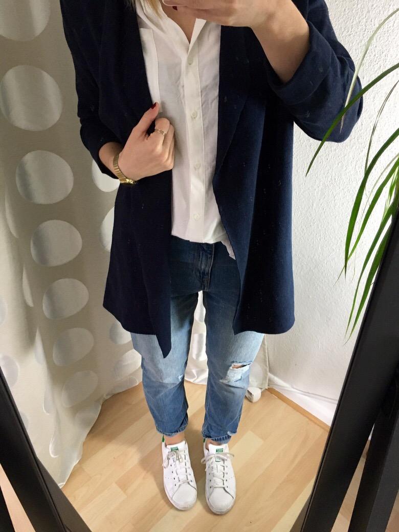 Girlfriend Jeans kombinieren mit weißer Bluse - Frühlings Outfit 2016