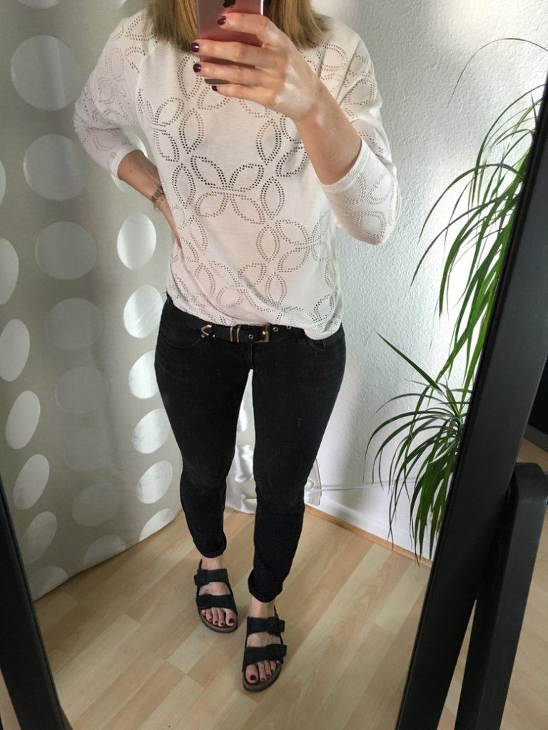 Graue Jeans Lochmuster Shirt