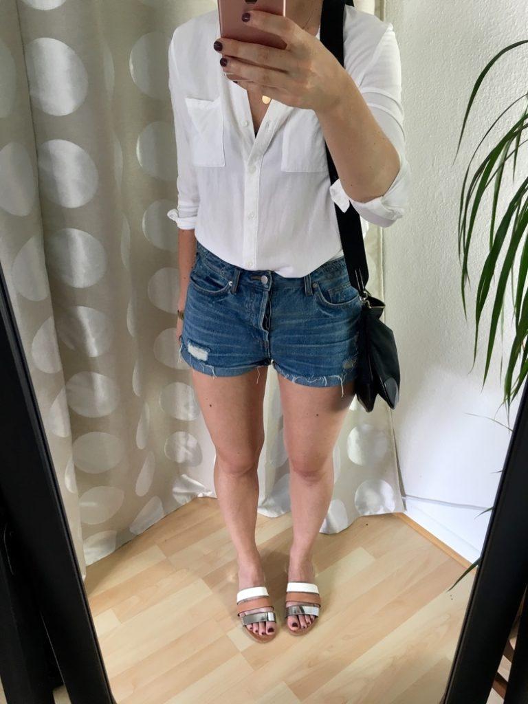 zerschlissene Jeansshorts weißes Hemd Mules