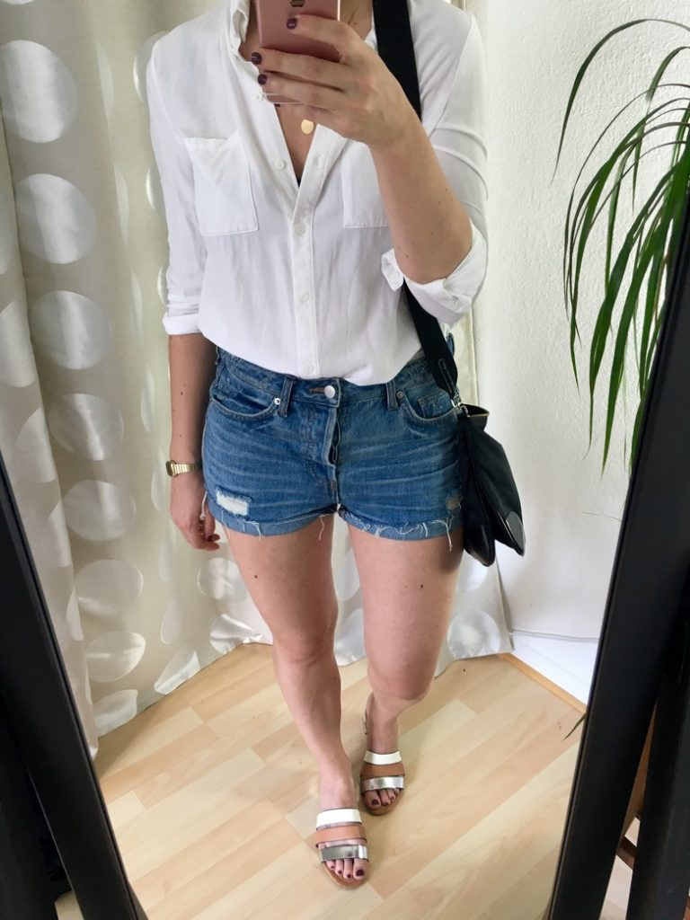 Jeansshorts und Weißes Hemd