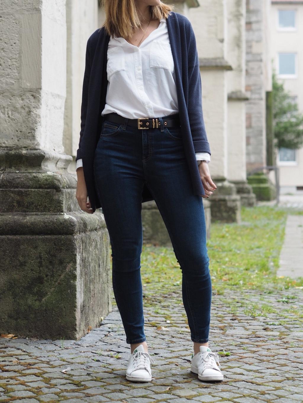 Hoch geschnittene Jeans Outfit