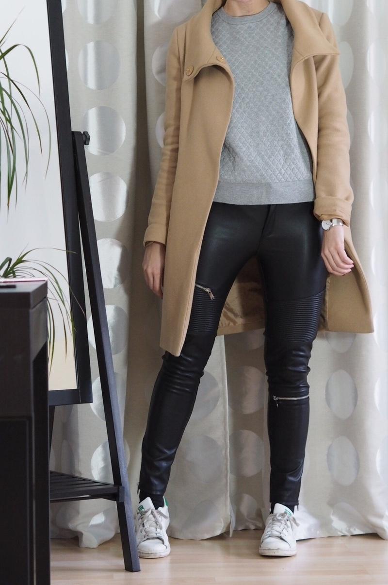 Zara Lederhose berger Mantel Hallhuber grauer Pullover Winter Outfit