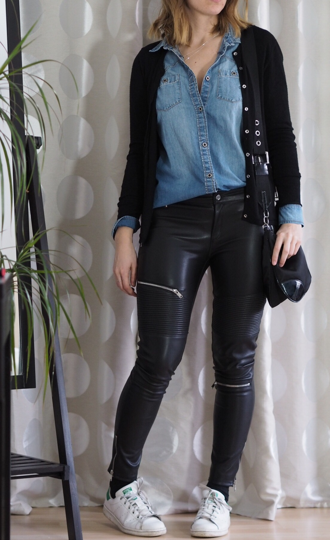 Outfit Modeblogger Zara Lederhose Jeanshemd