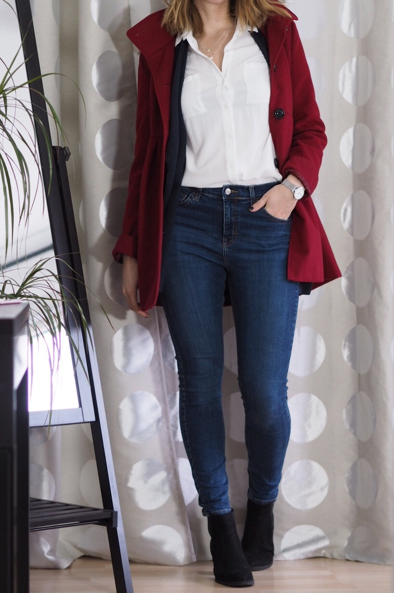Roter Mantel Weiße Bluse Jeans Outfit Winter