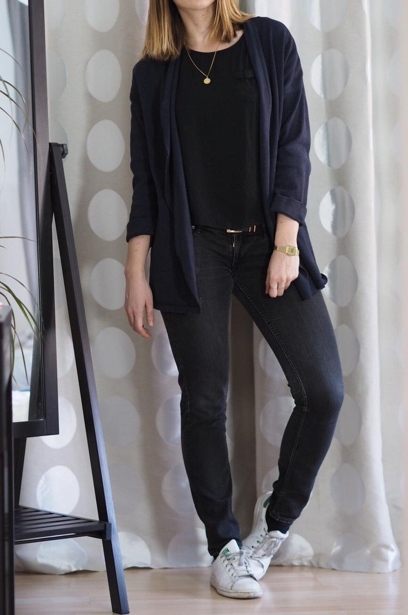 Winter-Uniform-2017-Schwarze-Jeans-Cardigan-T-Shirt-Outfit