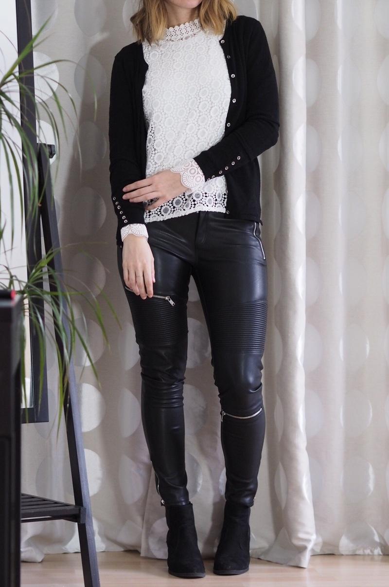 spitzenbluse-lederhose-ankle-boots-cardigan-outfit