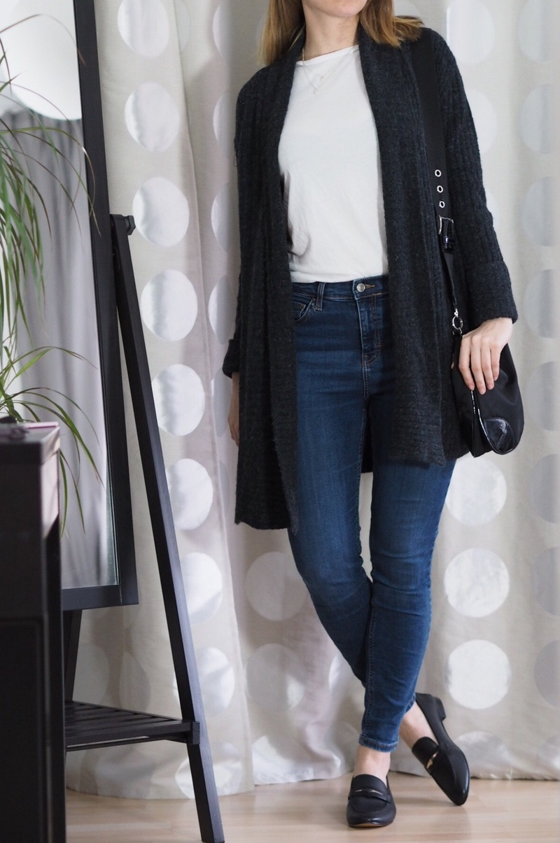 Graue-Strickjacke-Loafers-Winter-Outfit-2017-