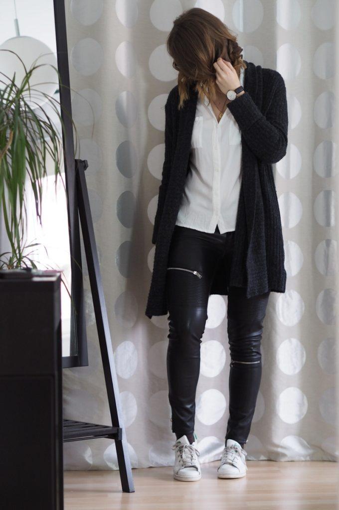 Lederhose-kombinieren-weisse-Bluse-Sneaker-Outfit-Frühling-2017