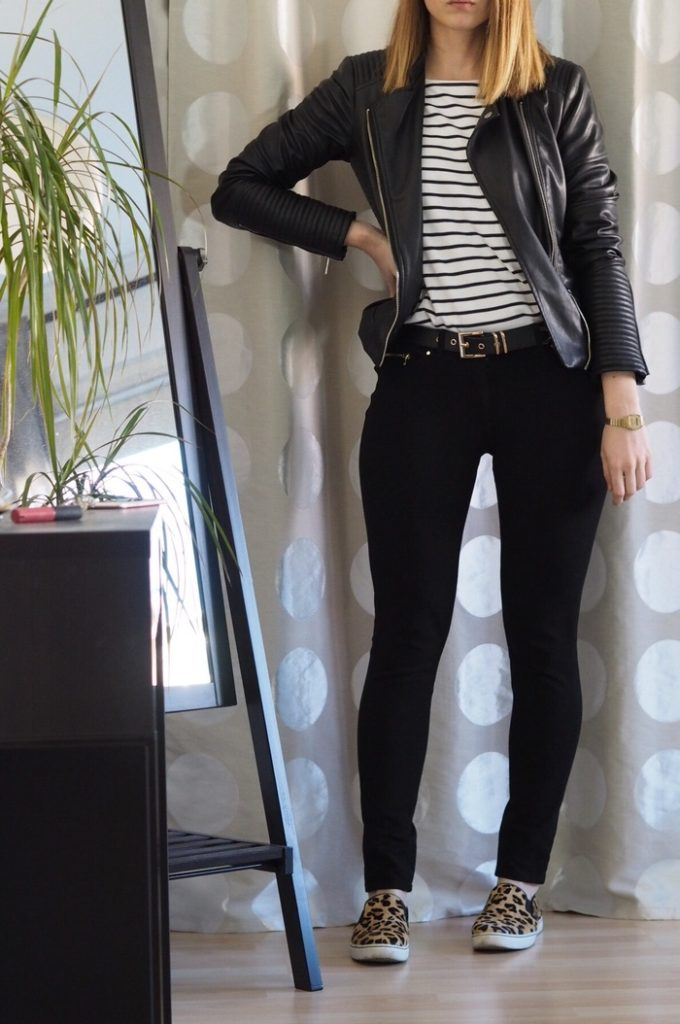 Lederjacke-kombinieren-gestreiftes-Shirt-Outfit-Leo-Slip-On-Schuhe