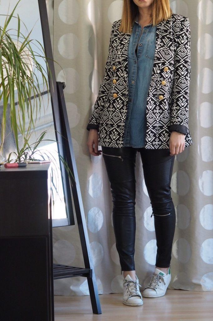 gemusterter-Blazer-Lederhose-Jeanshemd-Outfit