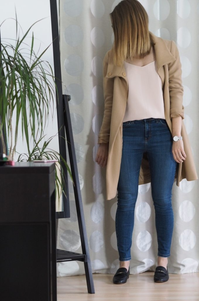 Beiger-Mantel-rosa-Top-Jeans-Outfit-Frühling-2017-