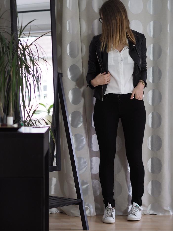 Lederjacke weiße Bluse Frühlings Outfit 2017