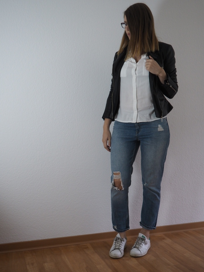 Mom-Jeans-weisse-Bluse-Lederjacke-Sommer-Outfit-2017