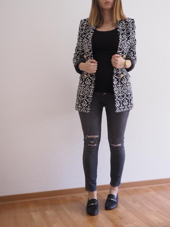 Schwangerschaftsjeans-Blazer-Loafer-Outfit