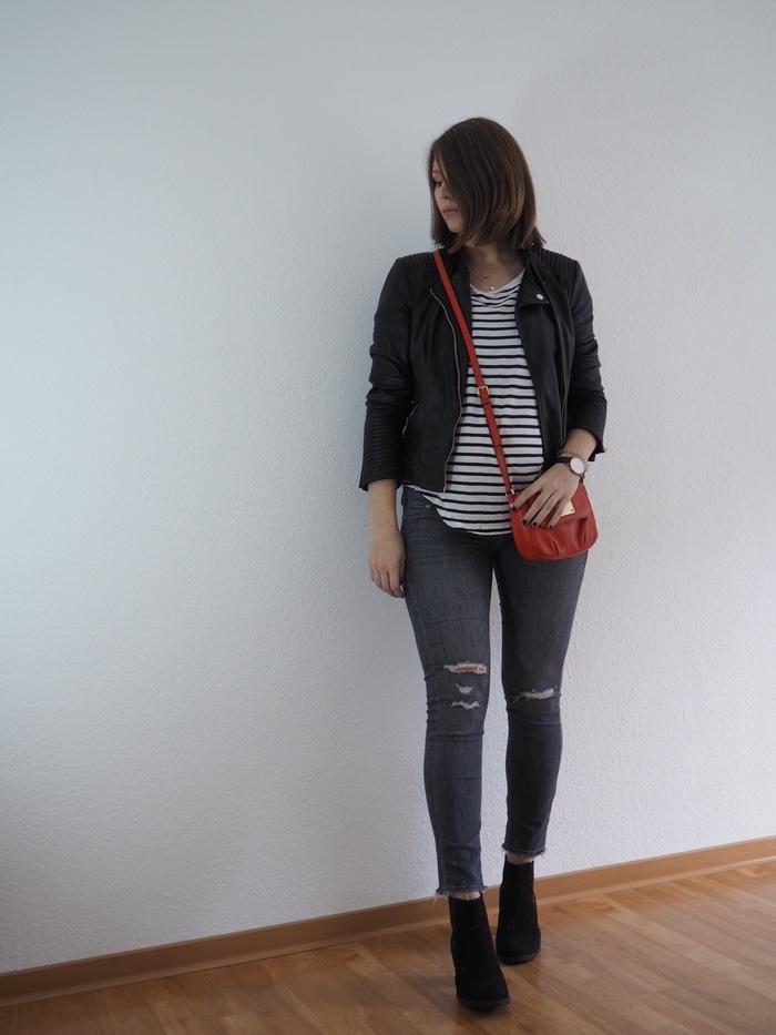 Umstandsmode-gestreiftes-Shirt-Lederhose-graue-Hose