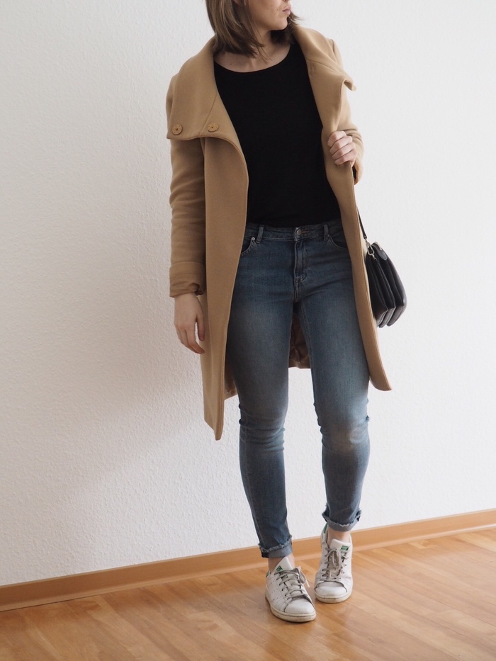 Camel-Coat-Outfit-helle-Jeans-Pullover-Look-Stan-Smith-Sneaker-Outfit