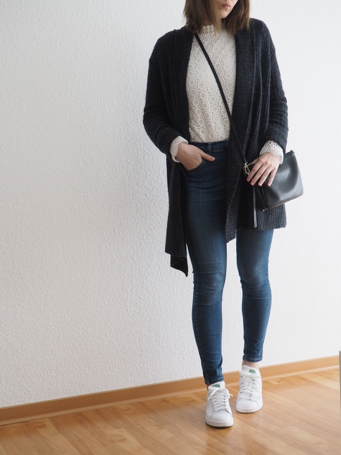 spitzenbluse-stan-smith-jeans-outfit-frühling-2018