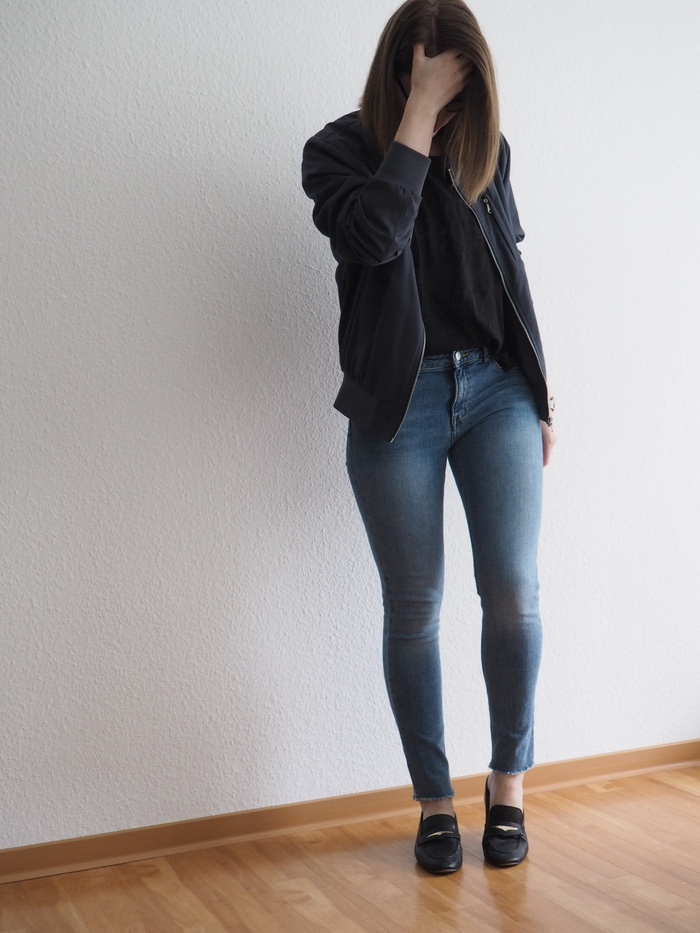 Helle-Jeans-Outfit-Pilotenjacke-Loafer-Fruehling-2018-Sommer-Look