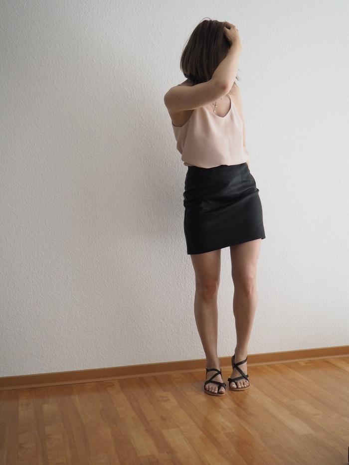 Camisole-kombinieren-Lederrock-und-Sandalen-Outfit-Sommer