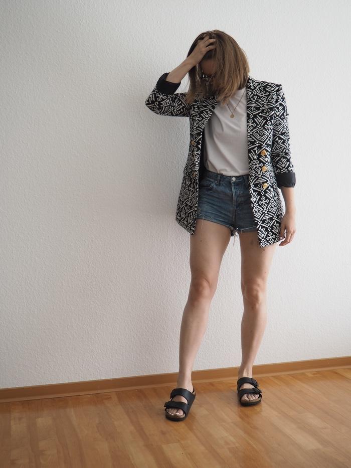 Shorts-und-Blazer-Outfit-Jeansshorts-kombinieren