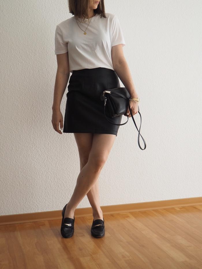 Lederrock-kombinieren-mit-Loafer-und-T-Shirt