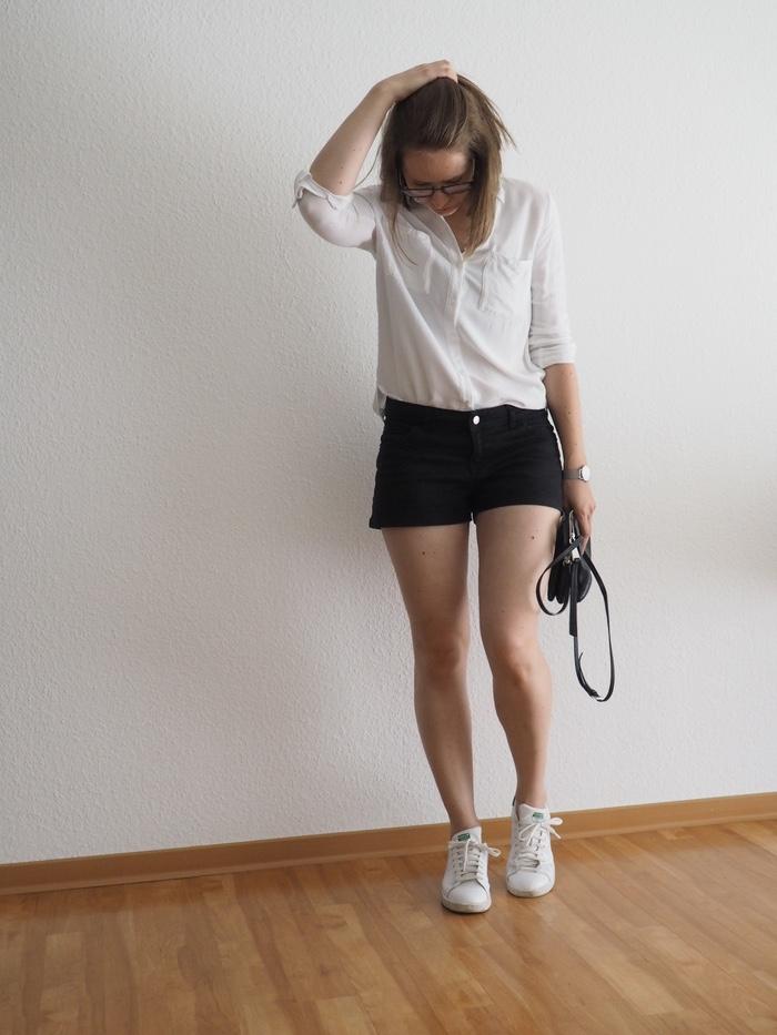 schwarze-shorts-kombinieren-bluse-shorts-outfit