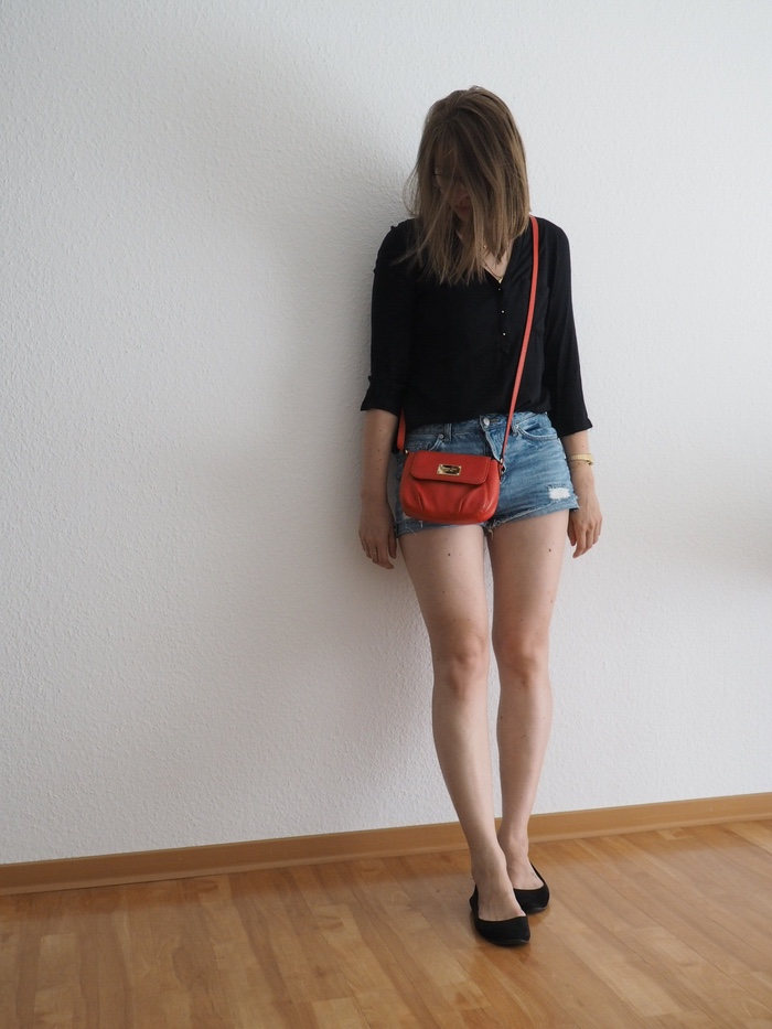 shorts-kombinieren-shorts-schwarze-bluse-outfit-sommer-