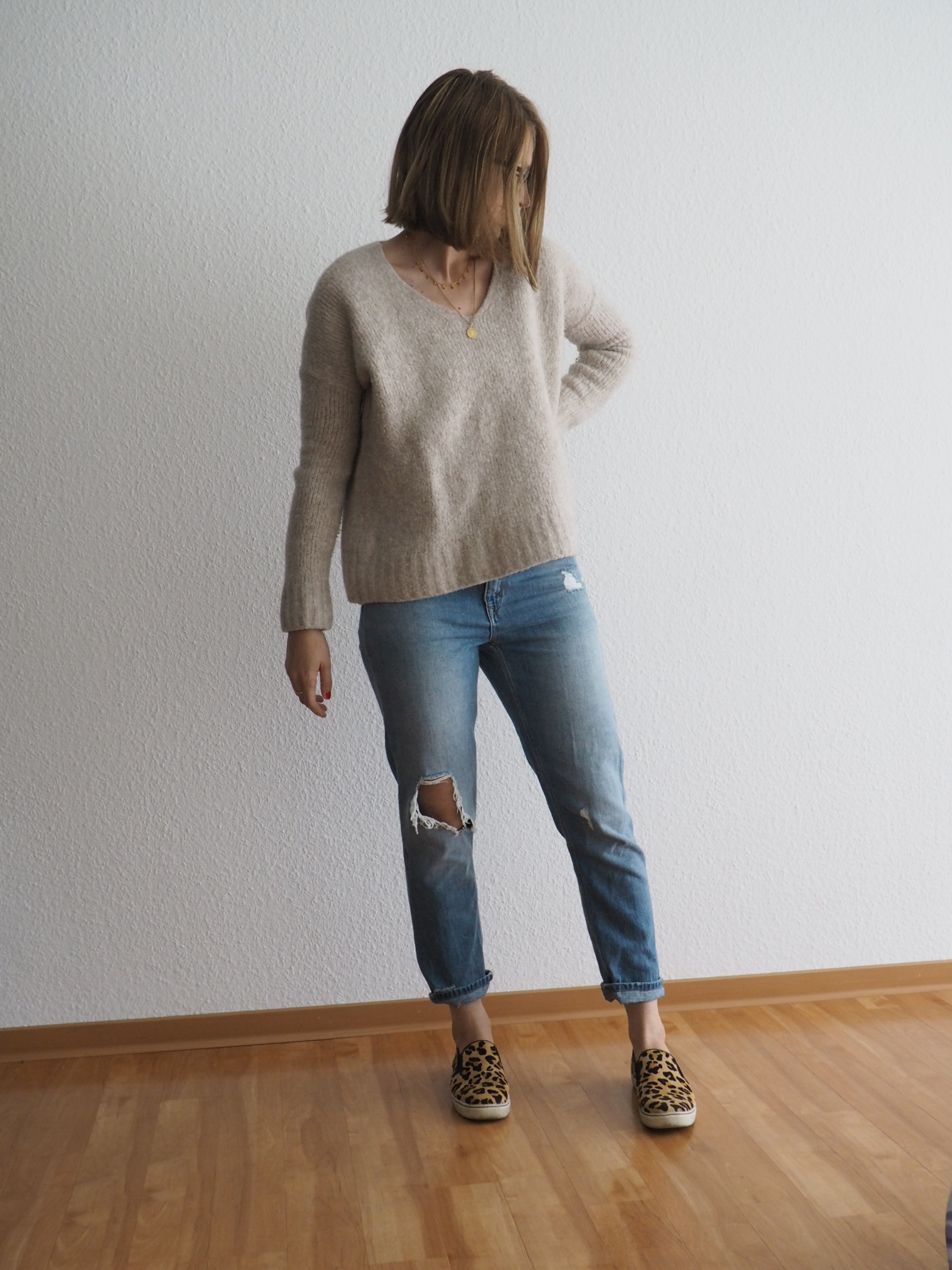 Boyfriend Jeans Leo-Sneaker Outfit - Edited Pullover Look Herbst