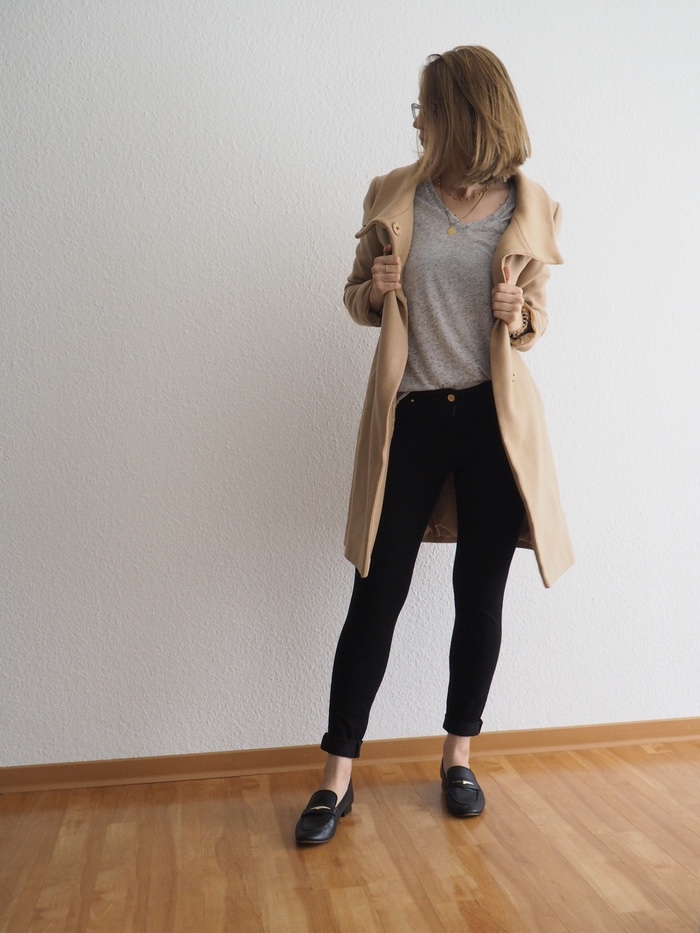 Camel-Coat-kombinieren-Graues-Shirt-Loafer-Look-Herbst-Outfit