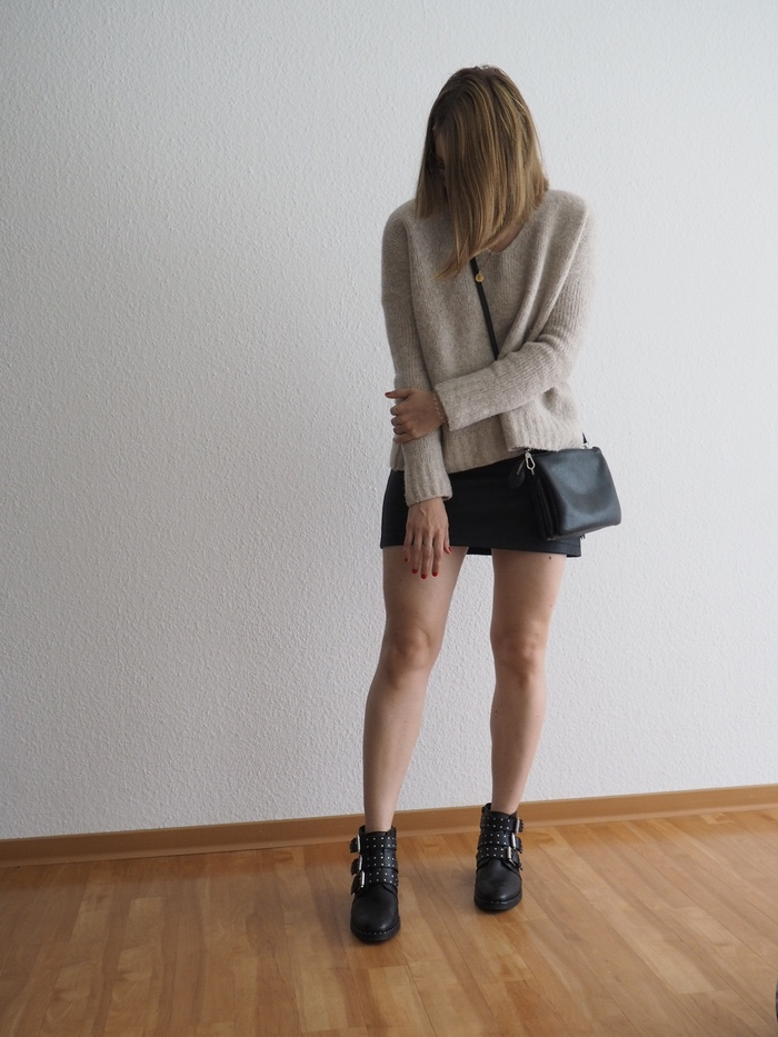ederrock-kombinieren-Pullover-Lederrock-Boots-Outfit-Herbst