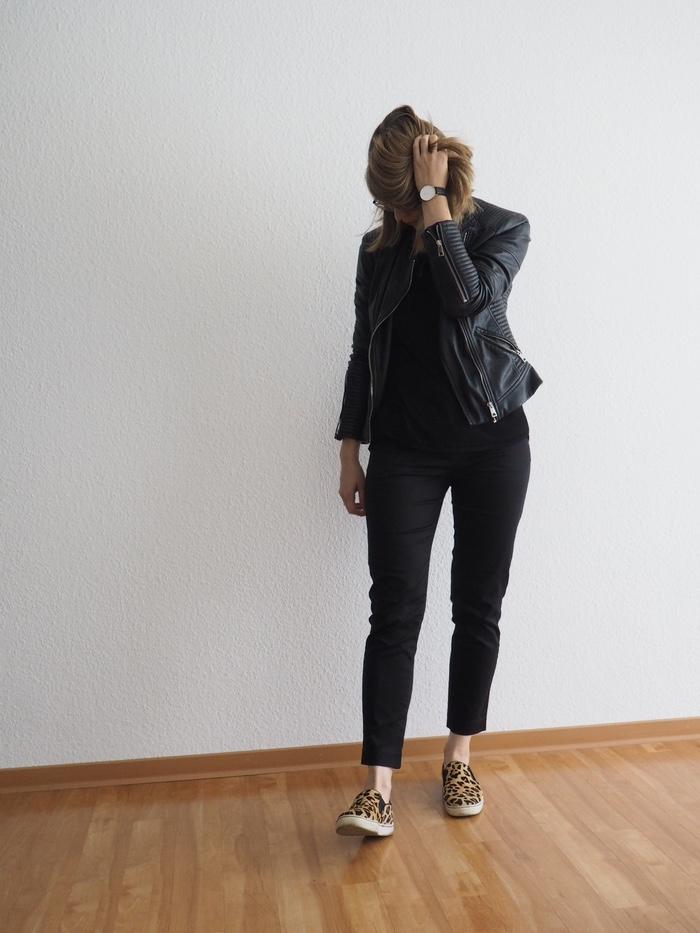 Slacks-kombinieren-mit-Leo-Muster-Leo-Sneaker-Outfit-Herbst