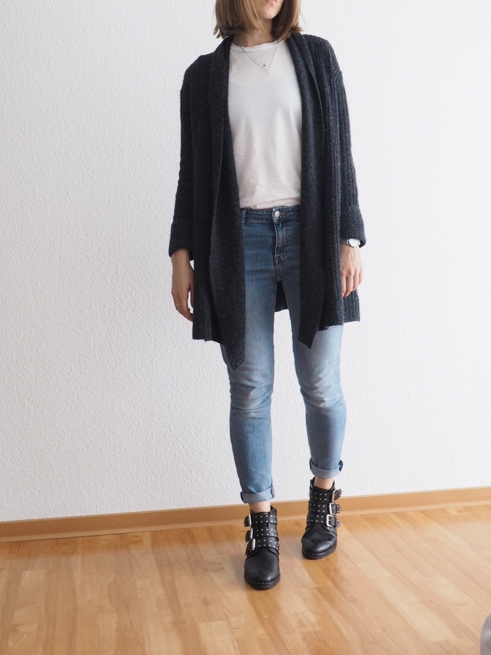 grauer-Boyfriend-Cardigan-kombinieren-Givenchy-Boots-Outfit-Herbst
