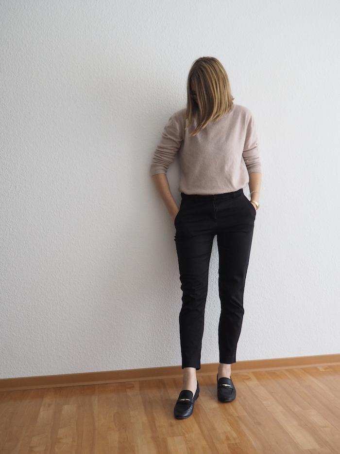 Slacks-kombinieren-rosa-Pullover-Herbst-Outfit