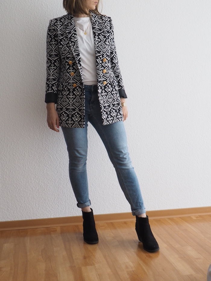 gemusterter-Blazer-helle-Jeans-Boots-Herbst-Outfit