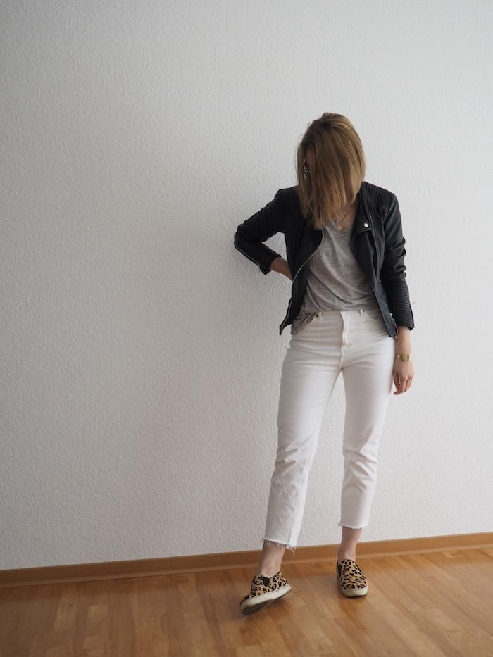 weiße Jeans outfit herbst Lederjacke Leo-Sneaker