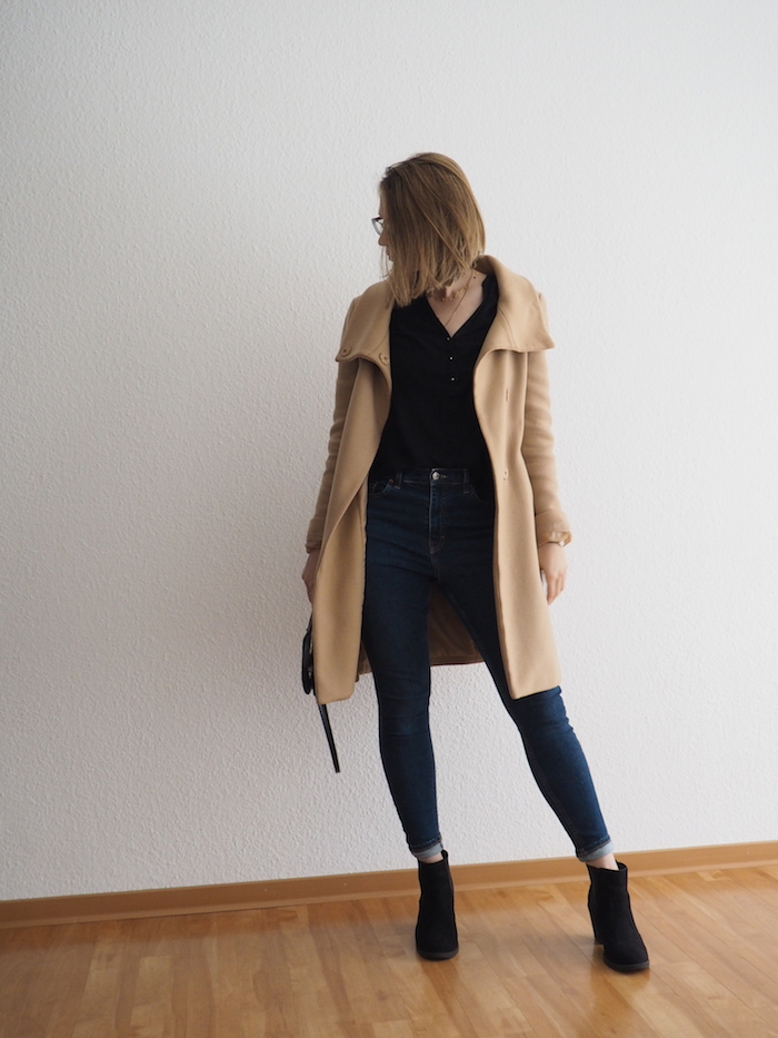 camel wollmantel kombinieren herbst outfit mit jeans und ankle boots