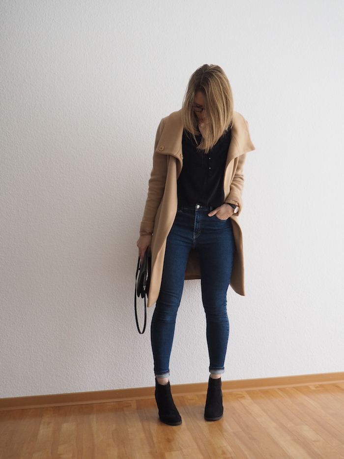 camel wollmantel kombinieren herbst outfit mit jeans und ankle boots