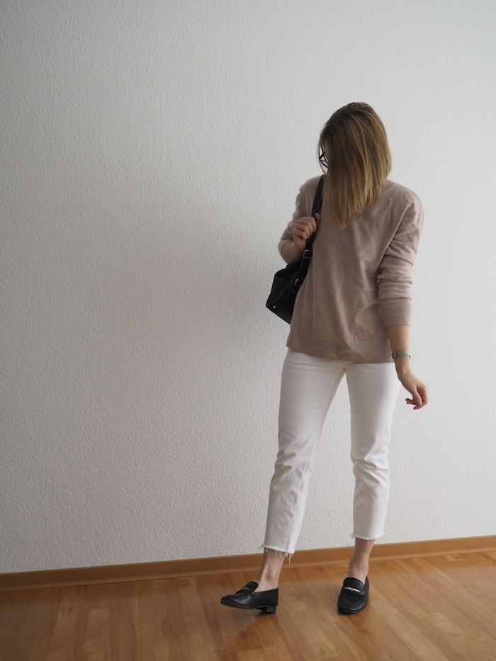 cropped-jeans-kombinieren-weiße-jeans-outfit-herbst