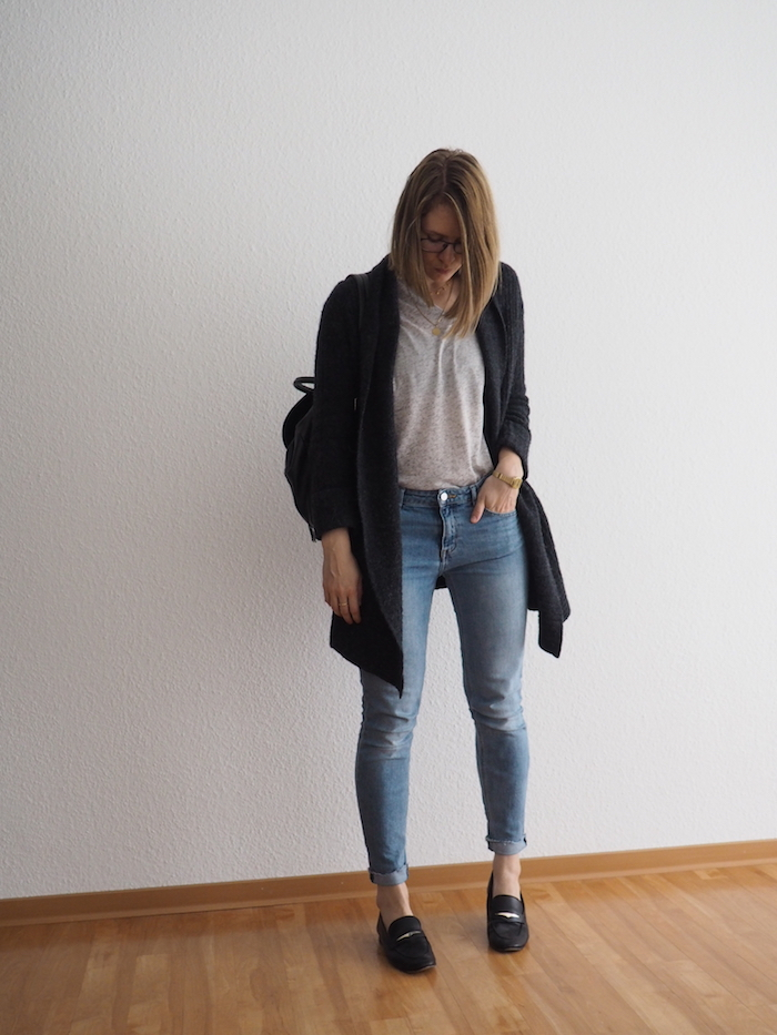graue Strickjacke outfit graues t-shirt herbst look