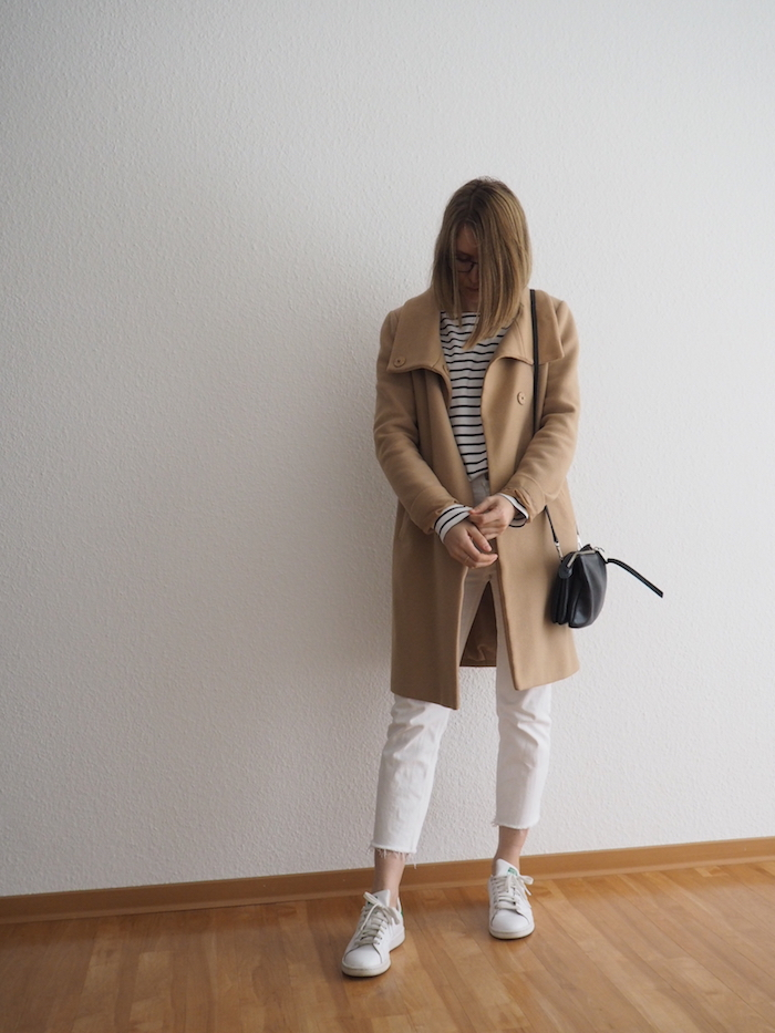 weiße jeans outfit herbst beiger mantel kombinieren stan smith look