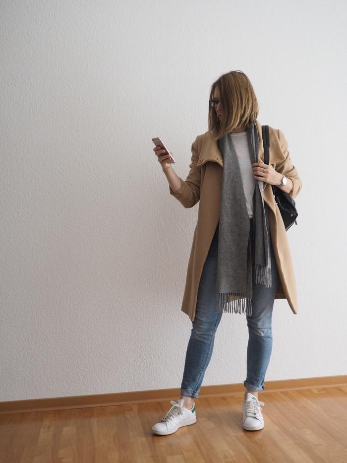 helle-jeans-outfit-winter-beiger-mantel-kombinieren